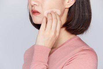 女士脸侧面有点白是得了什么病
